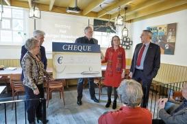 Joods Erfgoed Harderwijk krijgt cheque van Burger Weeshuis